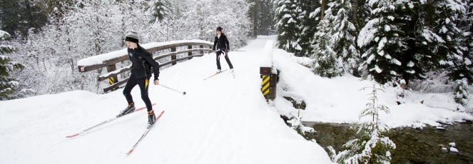 Cross country skiers at Lost Lake photo by Justa Jeskova