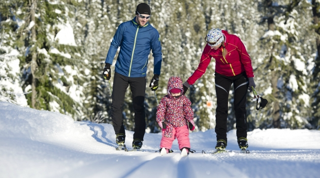 Family cross country skiing photo by David McColm/TW